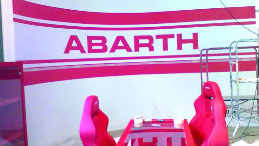 DECORAZIONE MURALE A STENCIL Autosalone Abarth